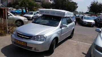 רכב עם מזרן על הגג