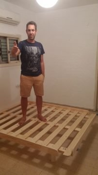 לקוח על בסיס מיטה מעץ