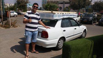 לקוח עם מזרן על הרכב