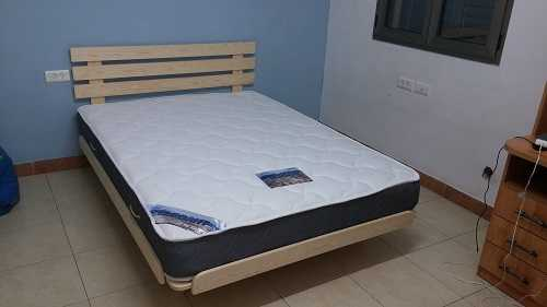 בסיס מיטה מעץ מלא ומזרן