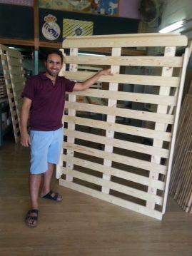 לקוח עם בסיס מיטה מעץ מלא שאותו רכש במפעלי טום