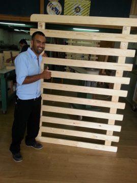 לקוח מרוצה במפעלי טום עם בסיס מיטה מעץ מלא