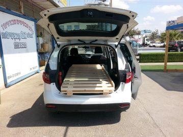 בגאז' של רכב עם בסיס מיטה מעץ מלא
