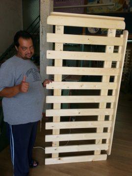 לקוח עם בסיס מיטה מעץ מלא שרכש במפעלי טום