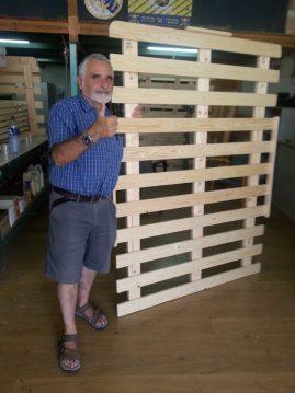לקוח עם בסיס מיטה מעץ מלא