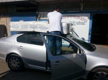 לקוח עם מזרן קשור לגג הרכב