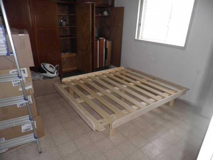 בסיס מיטה מעץ מלא בבית הלקוח