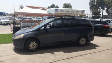 בסיס מיטה מעץ מלא ומזרן קשורים לגג רכב