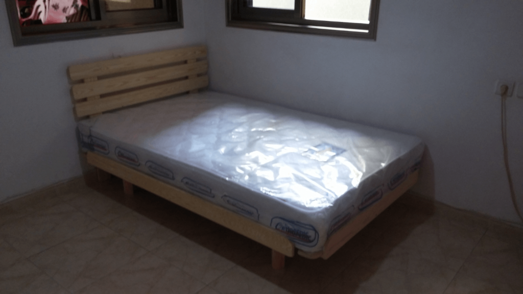 בסיס מיטה מעץ מלא ומזרון