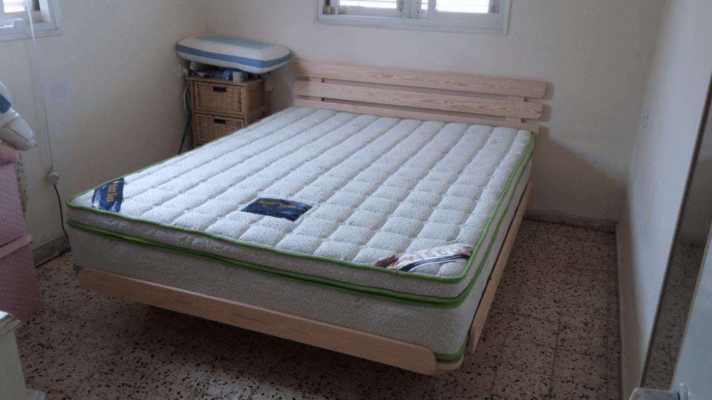 בסיס מיטה מעץ מלא ומזרון מותאם למיטה זוגית
