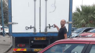 לקוח של מפעלי טום עם משאית