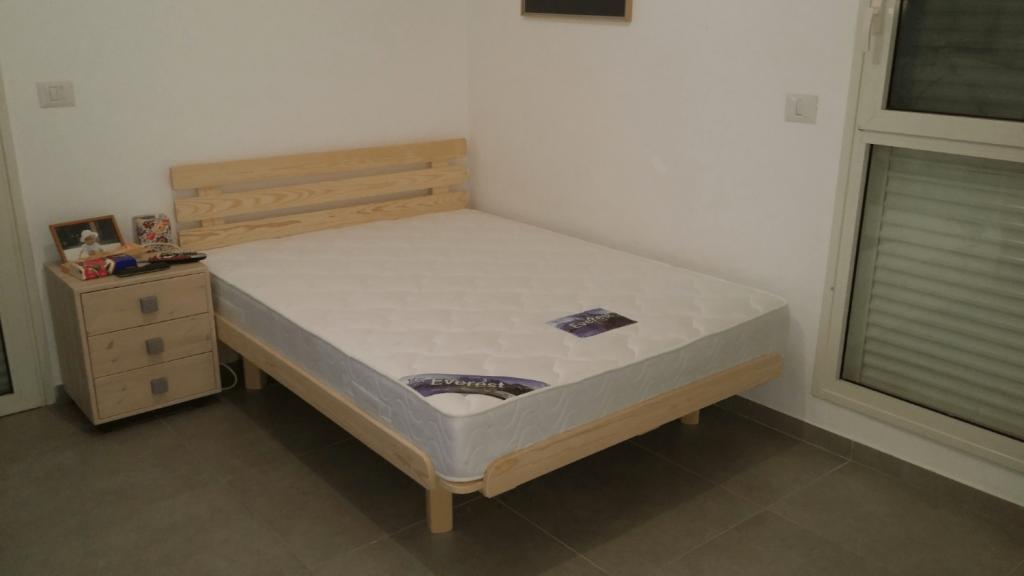בסיס מיטה מעץ מלא ומזרון זוגי בבית הלקוח