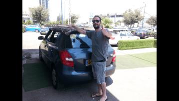 לקוח עם בסיס מיטה קשור לגג הרכב