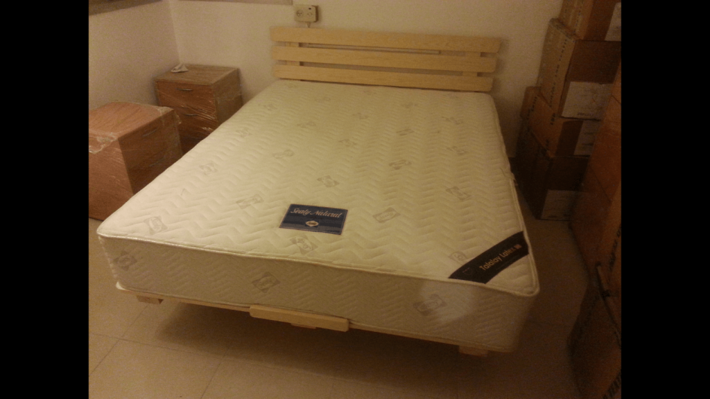 בסיס מיטה מעץ מלא ומזרון זוגי