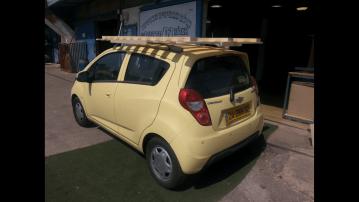 בסיס מיטה מעץ מלא קשור לגג הרכב