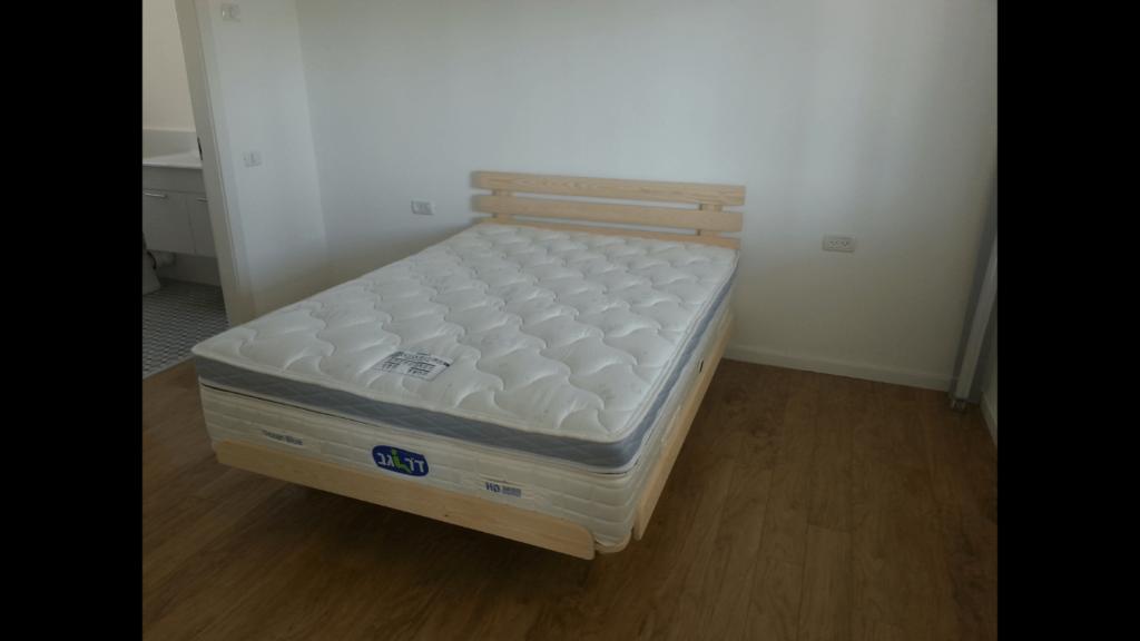 בסיס מיטה מעץ מלא ומזרון בבית הלקוח