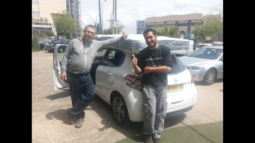 לקוחות עם מזרן קשור לגג הרכב