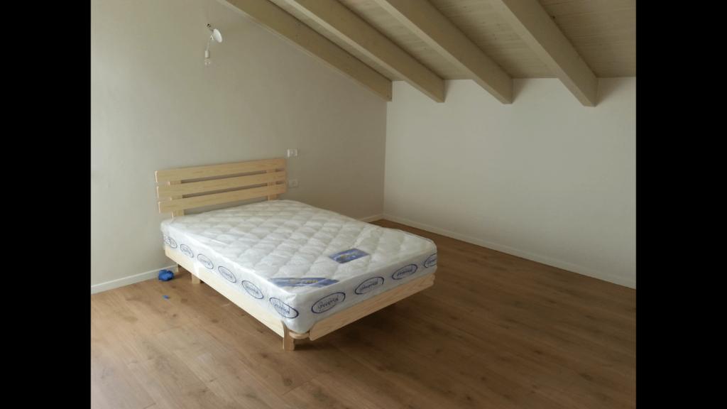 מיטה זוגית ובסיס מיטה מעץ מלא אצל בית הלקוח