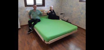 לקוחות יושבים על מזרן ובסיס מיטה במפעלי טום